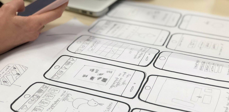 Auf Papier gezeichneter Prototyp für eine mobile Webanwendung
