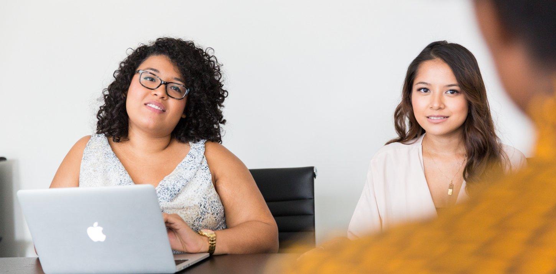 Zwei Frauen blicken aufmerksam in Interviewerrichtung