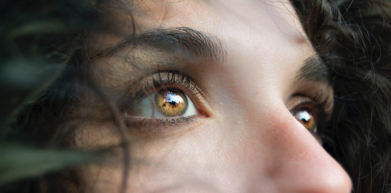 Obere Gesichtspartie einer Frau mit leicht nach oben gerichtetem Blick bzw. Wahrnehmung von etwas