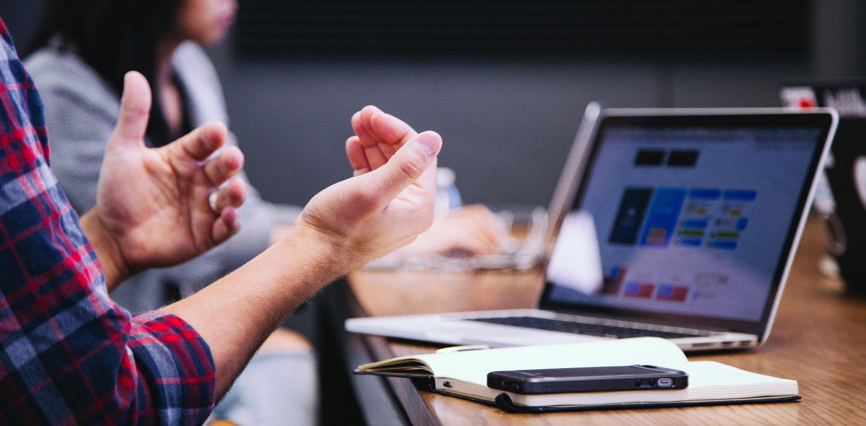 Usability Review: Mann gestikuliert bei Betrachtung einer Anwendung